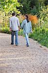 Rückansicht eines Reifen Paares in einem Garten zu Fuß