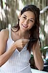 Schöne junge Frau Kämmen Haare