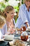 Familie mit Essen im Garten