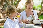 Mutter mit ihrem Sohn Essen im Freien mit
