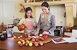 Haute femme et sa fille, cuisson des aliments dans la cuisine