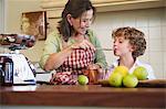 Grand-mère et petit garçon, cuisson des aliments à la maison