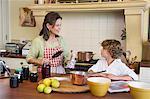 Grand-mère et petit garçon de cuisine ensemble à la maison