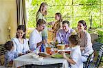 Multi génération famille manger de la nourriture à la maison