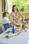 Frères et sœurs, arranger les aliments à table à manger