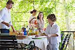 Familie vorbereiten für Essen im Haus