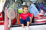 Adorable petite fille assise dans le coffre de la voiture