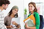 Drei Studenten beieinander stehen und Lächeln
