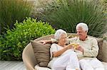 Senior couple griller avec verres à vin