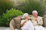 Senior couple griller avec du vin