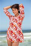 Portrait d'une jeune femme posant sur la plage