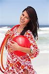 Portrait d'une jeune femme portant le ballon et arceaux en plastique