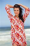 Portrait d'une jeune femme se présentant sur la plage