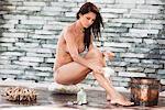 Frau im Bikini in einem spa