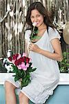 Porträt einer jungen Frau, riechen, Blume
