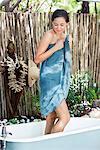 Schöne junge Frau in einer Badewanne Handtuch umwickelt