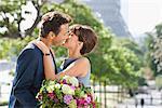Couple romantique sur le point d'embrasser avec la tour Eiffel en arrière-plan, Paris, Ile-de-France, France