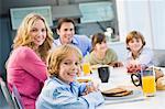 Porträt einer Familie frühstücken und Lächeln