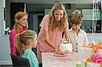 Femme célébrant l'anniversaire de sa fille