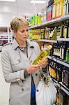 Femme acheter des boissons dans un magasin