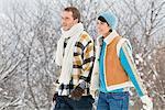 Junges Paar, Wandern im Schnee