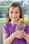 Portrait eines Mädchens holding ein Osterhase und Lächeln
