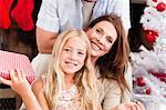 Familie Lächeln mit Weihnachtsgeschenke