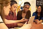 Étudiants travaillent ensemble au bureau