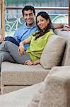 Porträt eines Paares auf dem sofa
