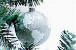 Brosche Silber Globus auf Baum