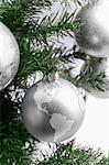 Boule de globe d'argent sur l'arbre de Noël