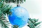Boule de globe sur l'arbre de Noël