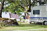 Wäscheleine neben Wohnwagen auf Campingplatz