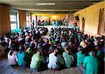 Schüler und Lehrer in der Haupthalle ihrer Schule, die Teilnahme an einem Rechtschreibung Wettbewerb, Ura Village, Ura Tal, Bumthang, Bhutan, Asien