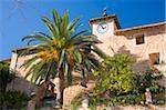 Palm und Kirche Glockenturm mit Blick auf das Dorf eckig, Fornalutx, in der Nähe von Soller, Mallorca, Balearen, Spanien, Europa