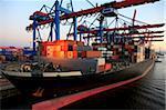 Porte-conteneurs dans le port de Hambourg, Allemagne, Europe