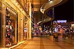 Magasin chinois avec des gens shopping, Wanfujing Dajie, centre de Pékin, Chine, Asie