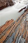Rochers de la cascade sur la rivière Kicking Horse à l'orange, Yoho National Park, patrimoine mondial UNESCO, Colombie-Britannique, Canada, Amérique du Nord