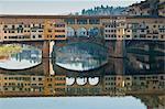 Ponte Vecchio se reflète dans la rivière Arno, Florence, patrimoine mondial de l'UNESCO, Toscane, Italie, Europe