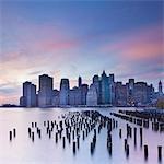 Crépuscule vue sur les gratte-ciel de Manhattan, le Brooklyn Heights quartier, New York City, New York, États-Unis d'Amérique, Amérique du Nord
