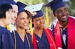 Absolventen weiblich zusammen in Cap und Kleid