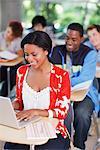 Studenten bei der Arbeit im Klassenzimmer
