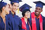 Lächelnd Absolventen beieinander stehen
