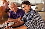 Hommes ensemble de boire du café dans le café