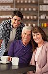 Lächelnd Familie sitzen im Café
