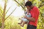 Père comptable à l'extérieur de bébé