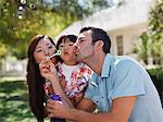 Familie zusammen Blasen Blasen im freien