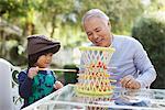 Plus vieux homme et petit-fils jouer dehors