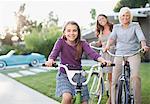 Trois générations de femmes vélos d'équitation
