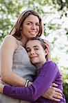 Mutter und Tochter umarmt im freien